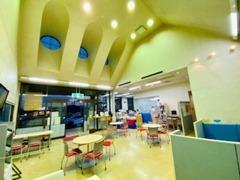 天井の高い広々としたお客様スペースです