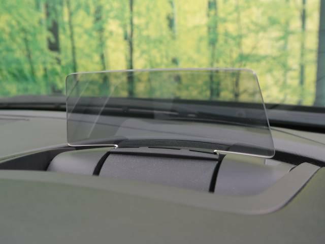 【ヘッドアップディスプレイ】現在の速度や走行情報をデジタル表示で運転席前方のガラスに投影!運転中、目線をずらさず必要な情報を確認できるのでとっても便利で安心!