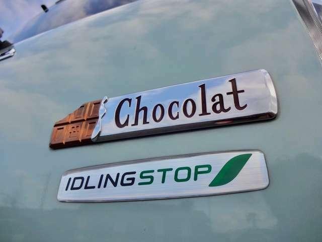 板チョコレート型の専用エンブレム・アイドリングストップ機能