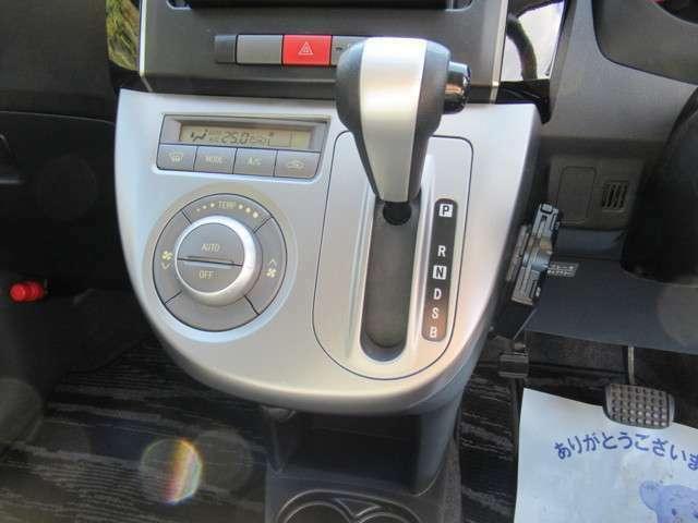 ハンドルに近い位置で運転席からも見やすく操作しやすいインパネシフト。パッと見ただけで、どのギアに入っているのかが判断しやすいところもイイですね!