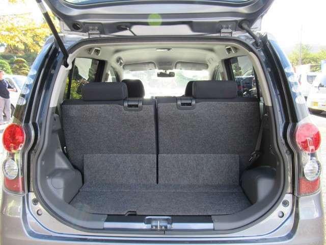 左右分割可倒式リアシートです!シートを倒せば凹凸も少ないので、大きな荷物も積み易いです!