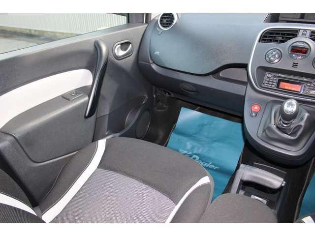 フランス車の魅力の一つでもあるシートの座り心地☆長時間運転の際も安心です。是非一度お試しください♪