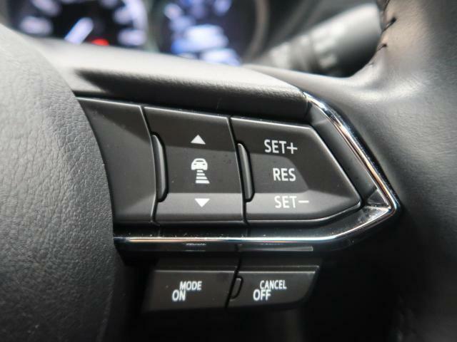 【全車速追従機能付クルーズコントロール】前方を走行中の車両を検知し、車間距離を保つよう車速を制御する。加減速制御は変速機にも介入し、必要であれば変速操作が自動的に行われます♪