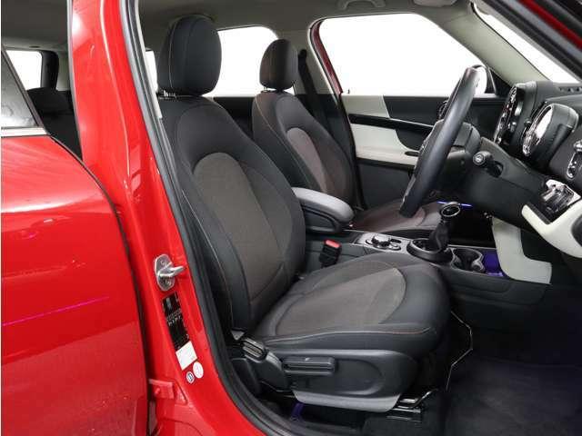 MINIのゴーカートフィールを支えてくれる、疲れにくい運転席シート。座ったとたんに、もうシネマの主人公の気分です!