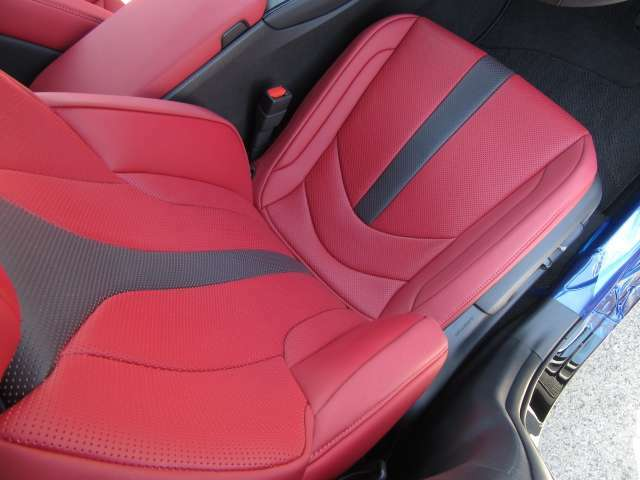 F専用OP赤革スポーツシートは体圧分布が安定しホールド性も高い表皮一体発泡成型のフロントシートを採用。スポーツ走行時にはしっかりと身体をサポートする性能を持つシートに仕上げスポーティさを高めている。