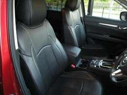 ブラック基調、高い品質でスポーティな雰囲気が漂うフロントシート回りです。サイド部分がレザーで中央部分が厚手の生地で乗り心地とサポート性能に優れています。高級感漂うインパネ回りも魅力的です★☆★☆★