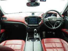 インテリアは12方向電動調整式フロントシート、ブラックピアノインテリアトリム、シートヒーターが装備され、スポーティーな走りの楽しみと快適性を両立。