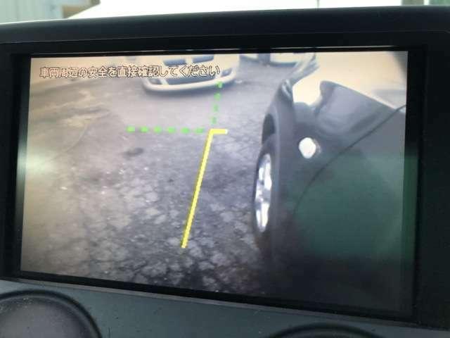 バックカメラに加えてサイドカメラも装備されております♪ドライバーの死角になる左側をカバーできるので狭い道のすれ違いの際など障害物を確認しながら安全に通行が可能になりますね♪