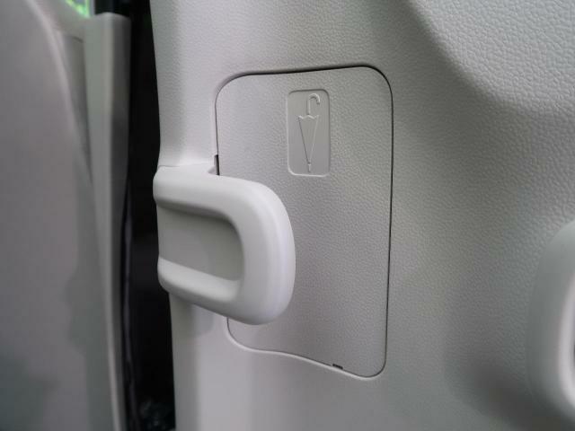 ●アンブレラホルダー!後席ドアの内側に、アンブレラホルダーを設置。濡れた傘で服やシートが濡れるのを防ぎます。傘についた雨水は、車外に排出される構造になっているので、水が溜まることなく安心です。