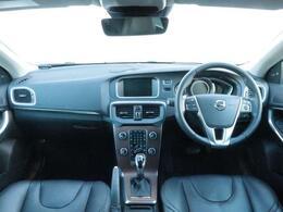 ブラックレザーを纏うV40T3インスクリプションを認定中古車でご紹介!バックモニター付き、高音質オーディオ、身体を包み込むような上質なレザーシートの乗り心地を是非ご体感ください。
