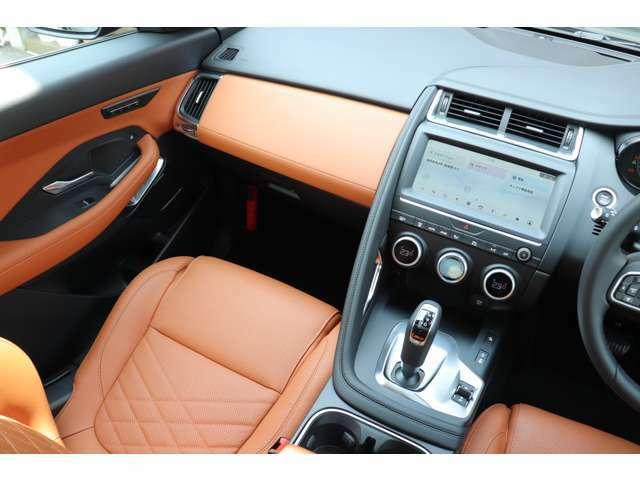 インテリアは英国車ならではのクラフトマンシップ溢れる造形です。HSEでは至る所にレザーが使用されています。