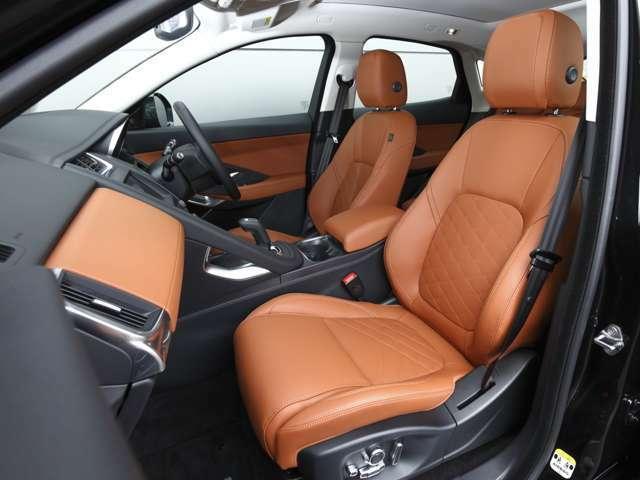 ブラックに対し、タンのシートは上品さを表します。