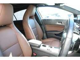 良いコンディションを保持したヘッドレスト一体型ブラウンレザーシート!メモリー機能付きパワーシート、シートヒーター、ランバーサポートを装備!