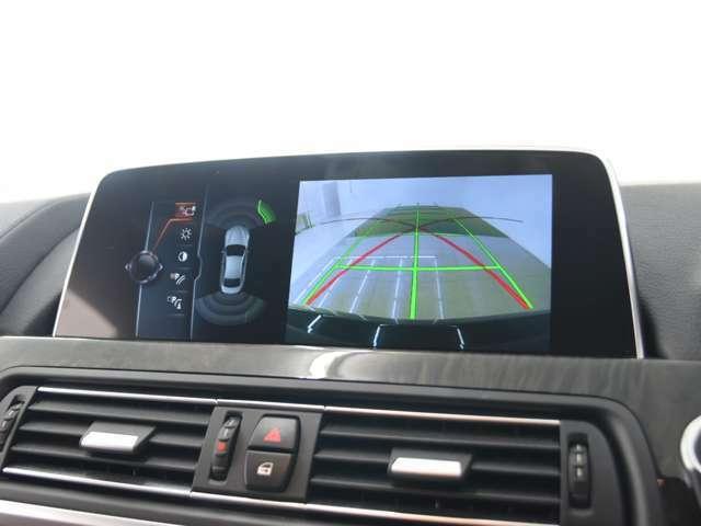バックカメラ:予想進路表示機能により、目標とする駐車スペースに十分な余裕があるかを確認することができます。