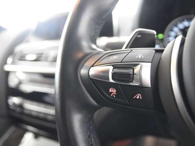 アクティブクルーズコントロール:ミリ波レーダーやカメラが絶えず前走車や道路の車線を検知し、前方の車両との車間距離を維持しながら自動で加減速を行い、低速走行時には車両停止までの制御を行ないます。
