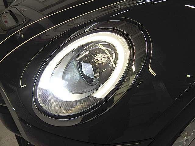 LEDヘッドライト&フロントフォグランプ キセノンに比べて明るさと照射範囲が向上し、消費電力も低減のため省燃費に貢献