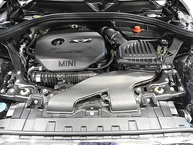 BMW製2.0L直列4気筒ターボエンジン。192PS/280Nm(カタログ値) エンジンルーム内はきれいな状態です。