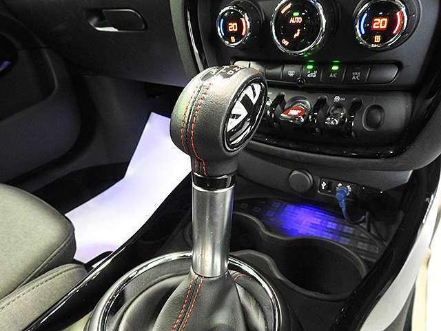 MTモード付き8速スポーツAT。シフトノブとシフトブーツは赤いステッチ仕上げです。電動サイドブレーキ採用