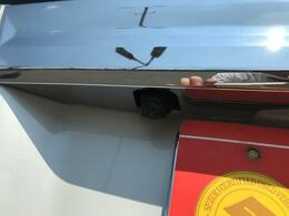 車の前後左右に4つのカメラを設置。車を真上から見たような映像を映し出してくれます。