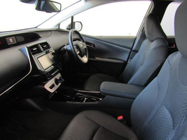 フロントシートは滑りにくくホールド感のあるモケットシートです。ドリンクホルダーや小物入れなども使い勝手の良い位置に配置されています。