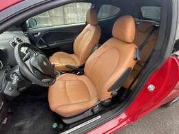 フロントシートにはシートヒーターを装備!寒い時期にはとても重宝する装備です