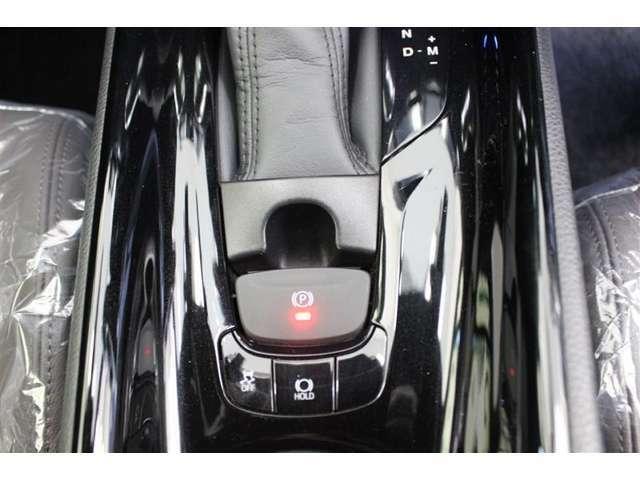 電動パーキングブレーキ付き、シフトレバーをPにいれると自動で作動し、ブレーキをふみながらDなどP以外にシフトすると解除されるオート機能付です。