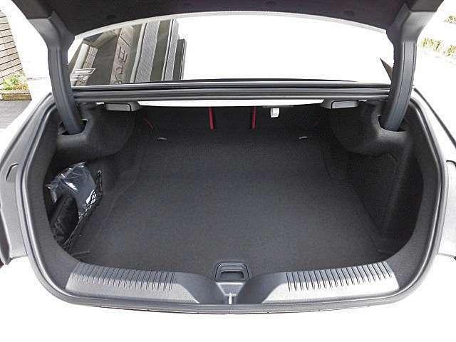 フットトランクオープナー付き自動開閉トランクリッドは両手が塞がっている時もとても便利です!