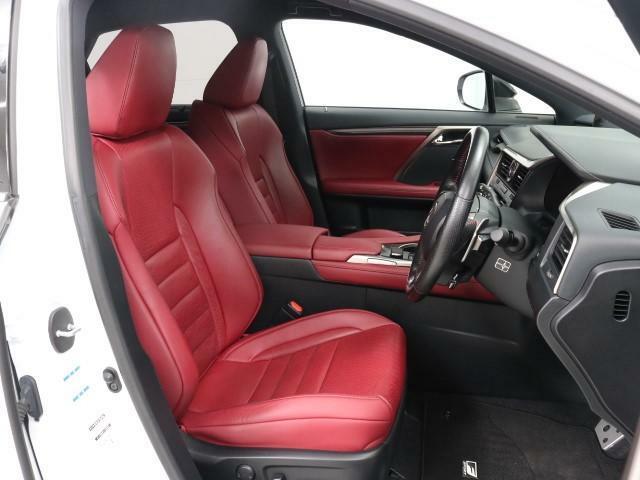快適な座り心地を予感させるフロントシートです。特に長距離移動はシートの造りで疲れが全く異なります。是非、快適なドライブをお楽しみください。