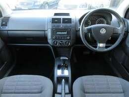 内装は専用のシートの模様になっており、グレーを基調としたシックで落ち着いた雰囲気の車内になっております♪パネル類にも目立つキズや汚れ等も無くとてもキレイな状態です♪