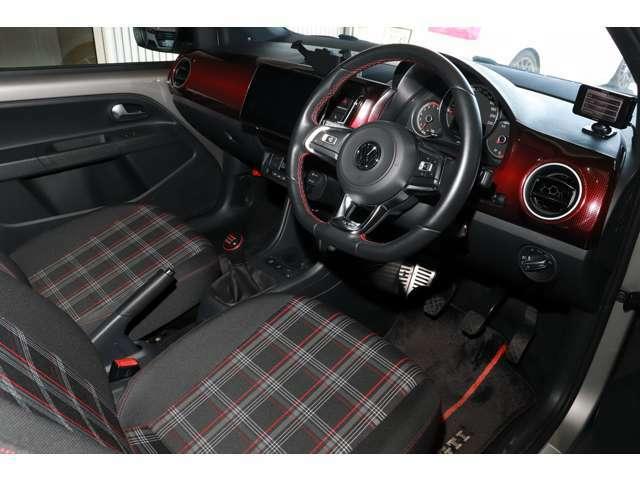 GTI専用レザーマルチファンクションステアリングホイール/GTI専用レザーシフトノブ/GTI専用ドアシルプレートを採用