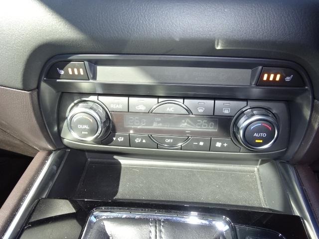 あらかじめ温度を設定すれば、常に快適な室温をキープできるオートエアコンを装着しております。運転席と助手席でそれぞれお好みの室温設定が出来るデュアルモード式になります。