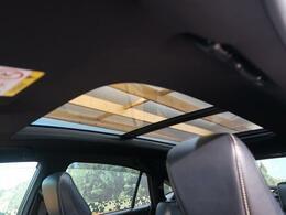【サンルーフ】サンルーフが装備されております。サンルーフがあるだけで、同じサイズの空間でも開放感があり、住みやすい空間を作り出してくれます。