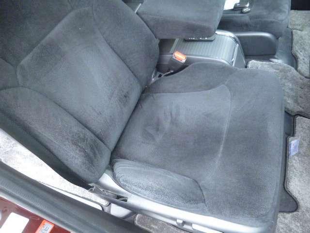 運転席シート廻りになります。パワーシートです。