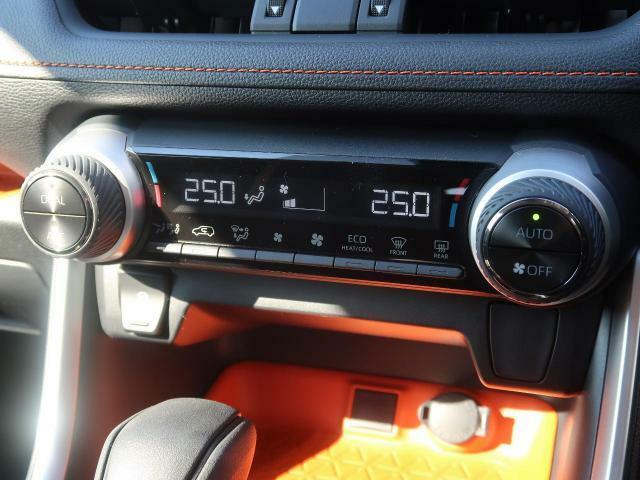 ☆デュアルオートエアコン☆「デュエル」スイッチをONにすることで運転席・助手席それぞれの温度調整が可能です♪