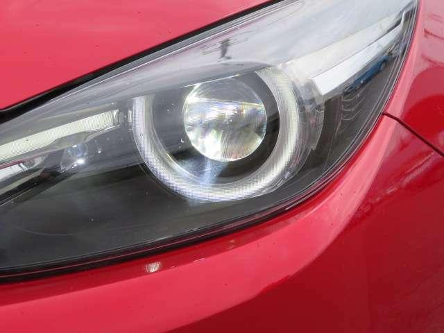 ヘッドライトはLEDとなっており、透明感のある光を放ちます