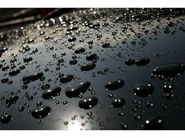 Aプラン画像:ガラス被膜を形成し、非常に高硬度で耐久性の高い被膜で塗装を保護すると同時に塗装本来の色艶を引き出すことでボディに美しい輝きを与えます。また、優れた撥水性により洗車は基本的に水洗いのみでOKです。