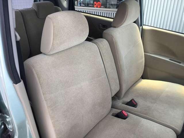 運転席側シートの状態です、ファブリック素材が採用されています。