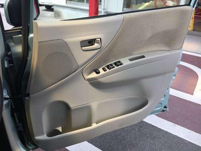 運転席側ドア内張の状態です。内張もベージュカラーとなっています。