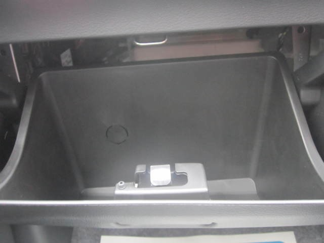 ボディの表面に薄いガラスの膜を覆う「ガラスコーティング」を行っています。膜が非常に硬く丈夫であるので、汚れやキズが付きにくく、車の艶を長期間維持することが出来ます。お手入れは水洗いだけでOKです。