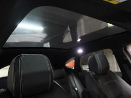 【固定式パノラミックガラスルーフ】後部座席までしっかり開閉!この装備があるだけで室内が明るくなり、解放感溢れる素敵なドライブを存分にお楽しみいただけること間違いなし!電動サンブラインド付き!