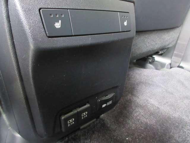 センターコンソール後ろに後部座席用のシートヒータースイッチと100Vコンセントが搭載しております。またスマートフォン充電などに便利なUSBポートも装備しております。