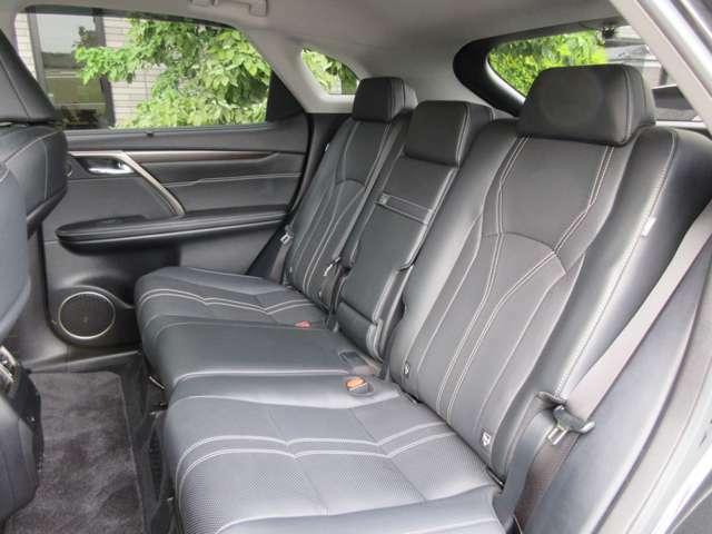 RXの特徴でもある広々とした後部座席も高級感ある黒本革シート(シートヒーター付)になっております。