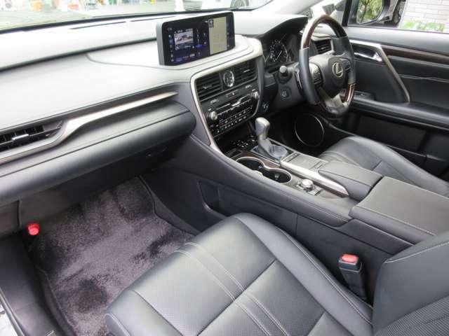 高年式の禁煙車ですのでとても綺麗な車内空間です。また、人気の「黒本革シート」は夏や冬に快適なベンチレーション機能付きです。