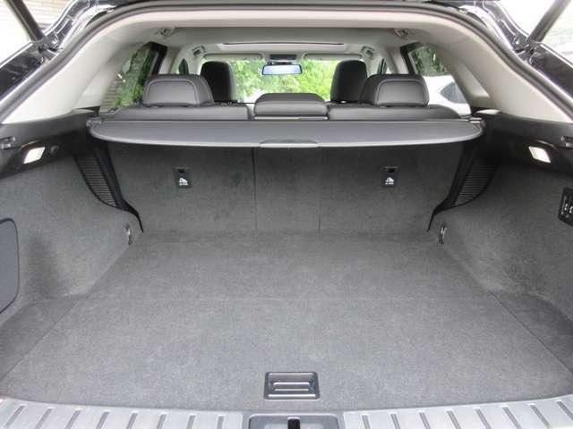 SUVの特徴でもある広々としたラゲージルーム、後部座席を倒すとさらに大きな荷物を積むことができます。