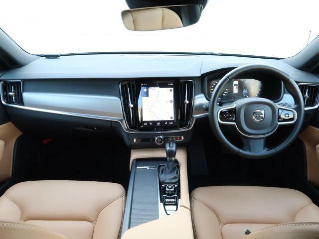 弊社試乗車のV90 D4 モメンタムが入庫致しました!!外装はスタイリッシュなデザインに対して内装はリビングのような温かみのあるデザインとなっております。是非ご体感ください!!