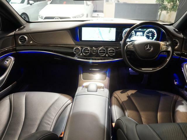 ドアやダッシュボード、センターコンソールには室内空間をさまざまに演出できるアンビエントライトがつきます。64色のカラーがあり、明るさも調節できます。