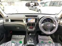 大きなフロントガラスですので、開放感もあり、とても視認性も良いインパネ全体です。とても運転しやすいので、ドライブが楽しくなりそうですよ♪