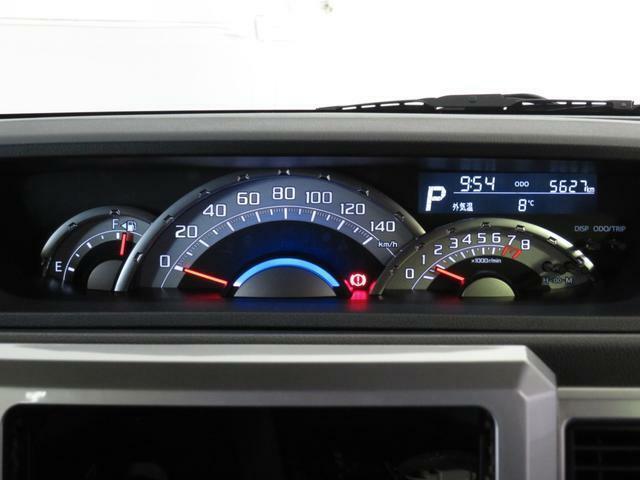 スピードメーターは,シンプルで見やすいです。実走距離5627Kmです。