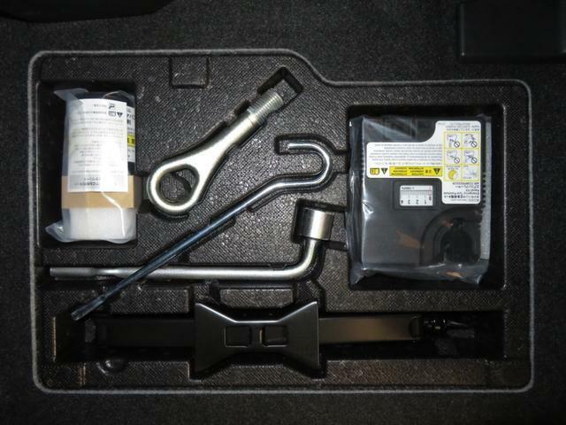 パンク修理キット 助手席足元にあります。