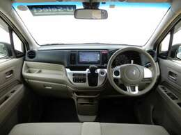 運転席周りの写真です。天井が高めなので前方が見やすいです。